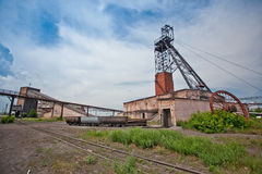 Πύργος ανθρακωρυχείου στο μπλε ουρανό στοκ φωτογραφία με δικαίωμα ελεύθερης χρήσης