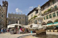 πύργος Βερόνα Αγίου πλατειών παλατιών σημαδιών maffei λιονταριών της Ιταλίας gardello στηλών delle erbe Στοκ φωτογραφία με δικαίωμα ελεύθερης χρήσης