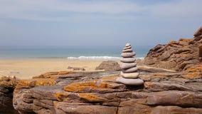 Πύργος βράχων σε μια παραλία απόθεμα βίντεο