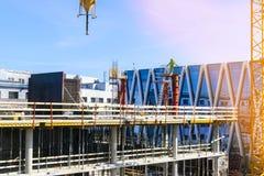 Πύργος γερανών κατασκευής στο υπόβαθρο μπλε ουρανού Γερανός και πρόοδος εργασίας οικοδόμησης εργαζόμενος Κενό διάστημα για το κεί Στοκ Φωτογραφίες