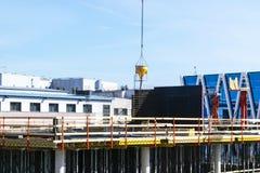 Πύργος γερανών κατασκευής στο υπόβαθρο μπλε ουρανού Γερανός και πρόοδος εργασίας οικοδόμησης εργαζόμενος Κενό διάστημα για το κεί Στοκ εικόνες με δικαίωμα ελεύθερης χρήσης