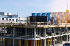 Πύργος γερανών κατασκευής στο υπόβαθρο μπλε ουρανού Γερανός και πρόοδος εργασίας οικοδόμησης εργαζόμενος Κενό διάστημα για το κεί Στοκ εικόνα με δικαίωμα ελεύθερης χρήσης