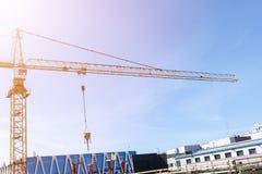 Πύργος γερανών κατασκευής στο υπόβαθρο μπλε ουρανού Γερανός και πρόοδος εργασίας οικοδόμησης εργαζόμενος Κενό διάστημα για το κεί στοκ εικόνες