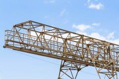 Πύργος γερανών κατασκευής στο υπόβαθρο μπλε ουρανού Γερανός και πρόοδος εργασίας οικοδόμησης Κίτρινη ανυψωτική στρόφιγγα στοκ φωτογραφία