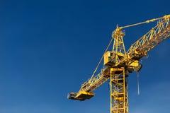 Πύργος γερανών κατασκευής στο υπόβαθρο του μπλε ουρανού Γερανός και β Στοκ Εικόνες