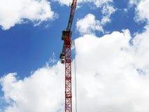 Πύργος γερανών κατασκευής στο υπόβαθρο του μπλε ουρανού Γερανός και πρόοδος εργασίας οικοδόμησης στο εργοτάξιο οικοδομής στοκ εικόνες με δικαίωμα ελεύθερης χρήσης