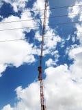 Πύργος γερανών κατασκευής στο υπόβαθρο του μπλε ουρανού Γερανός και πρόοδος εργασίας οικοδόμησης στο εργοτάξιο οικοδομής στοκ φωτογραφία με δικαίωμα ελεύθερης χρήσης