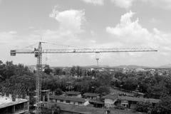 Πύργος γερανών στο εργοτάξιο κατασκευής εικόνα γραπτή στο υπόβαθρο ουρανού Στοκ Φωτογραφία