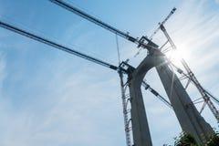 Πύργος γεφυρών με την κινηματογράφηση σε πρώτο πλάνο γερανών Στοκ Φωτογραφία