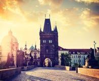Πύργος γεφυρών του Charles στην Πράγα στην ανατολή Στοκ Φωτογραφία