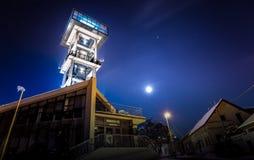 πύργος γραφείων πόλεων κτηρίων riverbank Στοκ Εικόνες