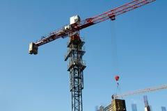 Πύργος δύο γερανών κατασκευής στο υπόβαθρο μπλε ουρανού Γερανός και πρόοδος εργασίας οικοδόμησης r στοκ εικόνα με δικαίωμα ελεύθερης χρήσης