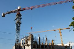 Πύργος δύο γερανών κατασκευής στο υπόβαθρο μπλε ουρανού Γερανός και πρόοδος εργασίας οικοδόμησης r στοκ εικόνες