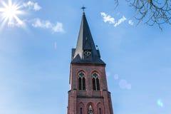 Πύργος εκκλησιών κάτω από τον ήλιο Στοκ Εικόνες