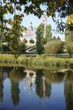 Πύργος εκκλησιών και κουδουνιών στο riverbank Στοκ Εικόνα