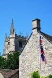 Πύργος εκκλησιών και σημαία, Castle Combe Στοκ φωτογραφίες με δικαίωμα ελεύθερης χρήσης