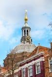 Πύργος εκκλησιών του Λάιντεν, Ολλανδία στο μπλε νεφελώδες υπόβαθρο ουρανού Στοκ φωτογραφία με δικαίωμα ελεύθερης χρήσης