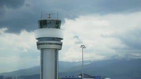 Πύργος ελέγχου αερολιμένων Πύργος ελέγχου αερολιμένων στη πλήρη απόδοση Πύργος ελέγχου ραντάρ με ένα αεροπλάνο πέρα από τον ουραν απόθεμα βίντεο