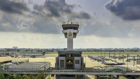 Πύργος ελέγχου εναέριας κυκλοφορίας φορώ-Muang στον αερολιμένα με το σαφή μπλε ουρανό, Μπανγκόκ, Ταϊλάνδη στοκ εικόνες
