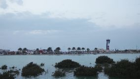 Πύργος ελέγχου και αερολιμένας του Μπαχρέιν στο σούρουπο Ευρεία γωνία φιλμ μικρού μήκους