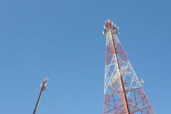 Πύργος επικοινωνιών με έναν μπλε ουρανό Στοκ φωτογραφία με δικαίωμα ελεύθερης χρήσης