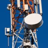 Πύργος επικοινωνιών με τις κεραίες στο μπλε ουρανό Στοκ εικόνες με δικαίωμα ελεύθερης χρήσης