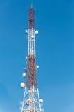 Πύργος επικοινωνιών με το μπλε υπόβαθρο ουρανού σύννεφων Στοκ φωτογραφία με δικαίωμα ελεύθερης χρήσης