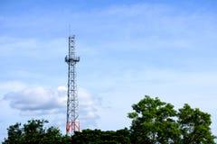 Πύργος επικοινωνιών με το συμπαθητικό μπλε ουρανό Στοκ φωτογραφία με δικαίωμα ελεύθερης χρήσης