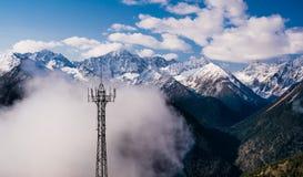 Πύργος επικοινωνιών στην ορεινή περιοχή Στοκ Φωτογραφία