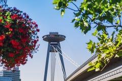 Πύργος επιφυλακής Νέα γέφυρα πέρα από τον ποταμό Δούναβη στη Μπρατισλάβα, Σλοβακία στοκ φωτογραφίες