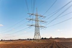 Πύργος ηλεκτρικής ενέργειας για την ενέργεια με τον ουρανό Στοκ Εικόνα