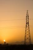 Πύργος ηλεκτρικής ενέργειας κατά τη διάρκεια του ηλιοβασιλέματος Στοκ Εικόνες