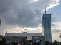 Πύργος και εμπορικό κέντρο Usce σε νέο Βελιγράδι Novi Beograd Το Usce είναι ένας μικτή χρησιμοποιημένη ουρανοξύστης και μια λεωφό στοκ εικόνες
