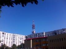 Πύργος και οικοδόμηση τηλεπικοινωνιών Στοκ Εικόνα