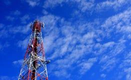 Πύργος και δορυφόρος επικοινωνιών στο μπλε ουρανό στοκ εικόνα