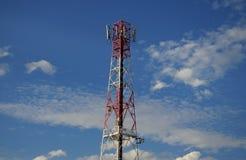 Πύργος και δορυφόρος επικοινωνιών στο μπλε ουρανό στοκ φωτογραφία