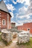 Πύργος και τοίχοι με την αψίδα στο κάστρο Medvedgrad Στοκ εικόνα με δικαίωμα ελεύθερης χρήσης