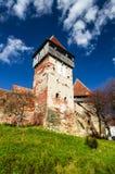 Πύργος και τοίχοι της ενισχυμένης εκκλησίας Alma VII, Τρανσυλβανία. Ρώμη Στοκ Εικόνες