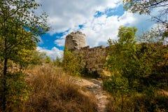 Πύργος και φρούριο στο βουνό Στοκ εικόνα με δικαίωμα ελεύθερης χρήσης