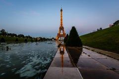 Πύργος και Trocadero Fontains το βράδυ, Παρίσι, φράγκο του Άιφελ στοκ εικόνες