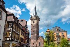 Πύργος καμπαναριών (Kapellturm) στο πόλης κέντρο Obernai altai στοκ εικόνες με δικαίωμα ελεύθερης χρήσης