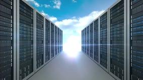 Πύργος κεντρικών υπολογιστών στο νεφελώδες υπόβαθρο ουρανού