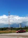 Πύργος κινητής επικοινωνίας και παλαιός πύργος νερού σε Povenets Στοκ φωτογραφία με δικαίωμα ελεύθερης χρήσης