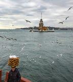 Πύργος κοριτσιών Ένας νέος προμηθευτής ψωμιού πωλητών (Simit) Στοκ Εικόνα