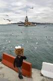 Πύργος κοριτσιών Ένας νέος προμηθευτής ψωμιού πωλητών (Simit) Στοκ Εικόνες