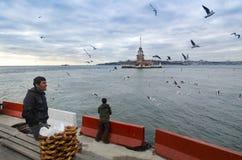 Πύργος κοριτσιών στη Ιστανμπούλ, τουρκικός bagel πωλητής Στοκ Φωτογραφίες