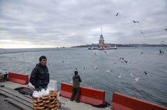 Πύργος κοριτσιών στη Ιστανμπούλ, τουρκικός bagel πωλητής Στοκ φωτογραφία με δικαίωμα ελεύθερης χρήσης