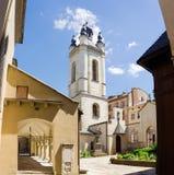 Πύργος κουδουνιών και προαύλιο του αρμενικού καθεδρικού ναού σε Lviv, Ουκρανία Στοκ φωτογραφία με δικαίωμα ελεύθερης χρήσης