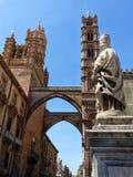 Πύργος κουδουνιών και archiponti του καθεδρικού ναού του Παλέρμου με το άγαλμα του παπά SAN Gregorio Magno, Σικελία Ιταλία στοκ εικόνα