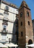 Πύργος κουδουνιών της εκκλησίας Αγίου Μαρία Maggiore στο Pietrasanta στο ιστορικό κέντρο στη Νάπολη Ιταλία στοκ φωτογραφίες